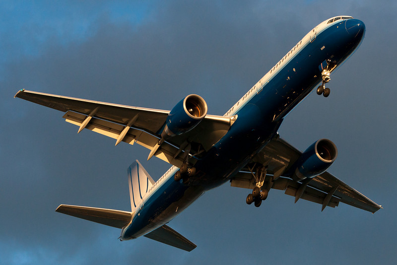 A United 757 on final for runway 27.