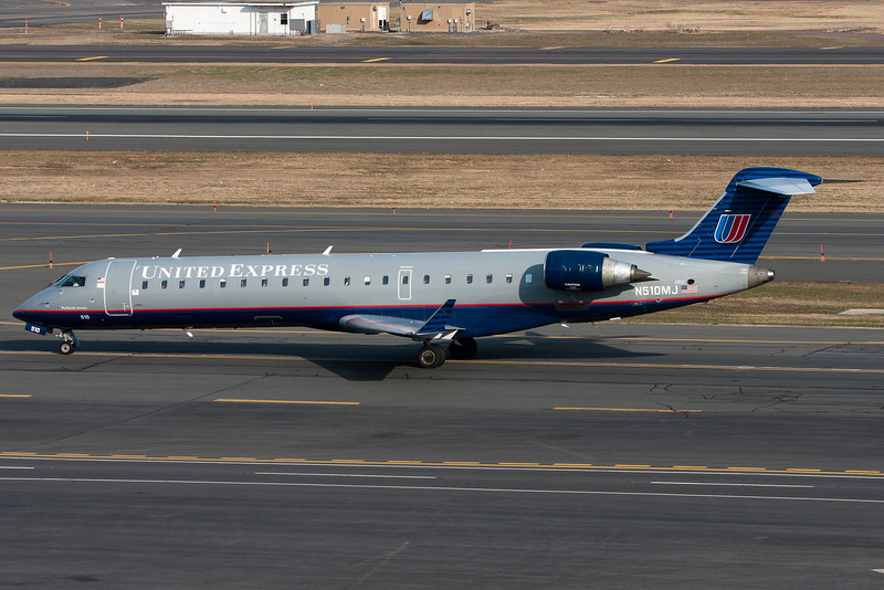 This old-scheme United Express CRJ heads to the gates.