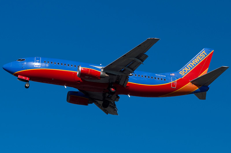 A Winglet-less 737 for Southwest on final.