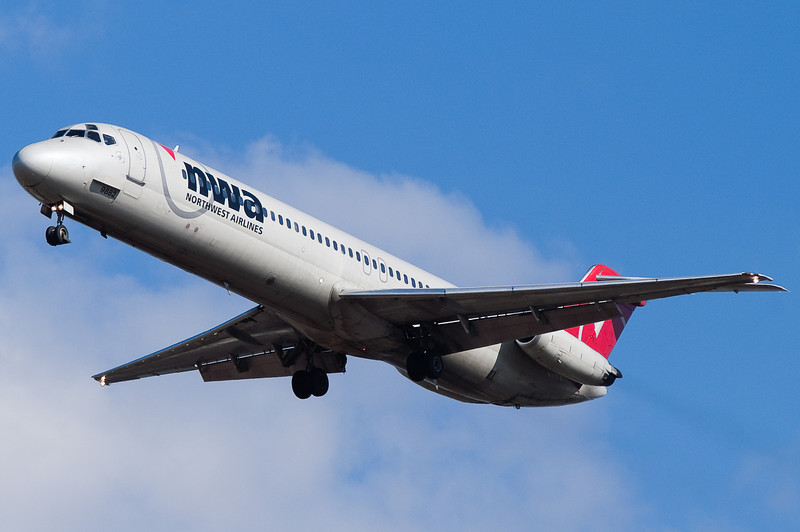 A Northwest DC-9 on final for 33.