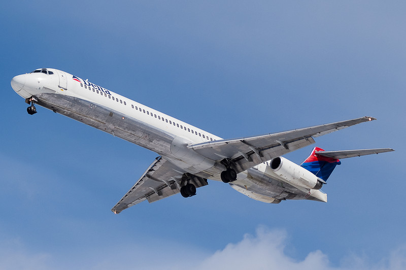 A Delta MD-88 on final to runway 33.