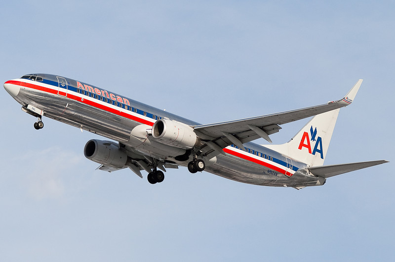 An American 737-800 on final to 33.