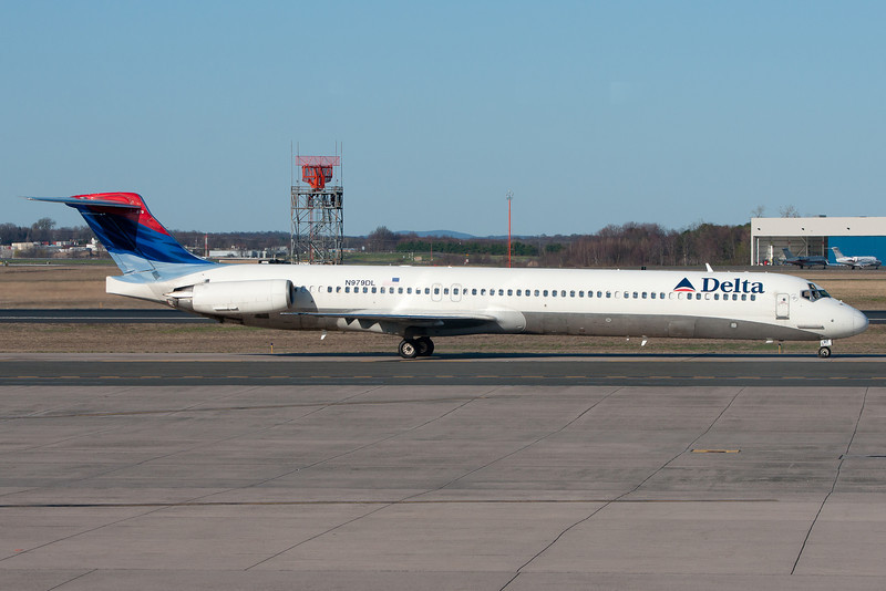 Taxiing towards the gate for this Delta MD-88 from Atlanta.