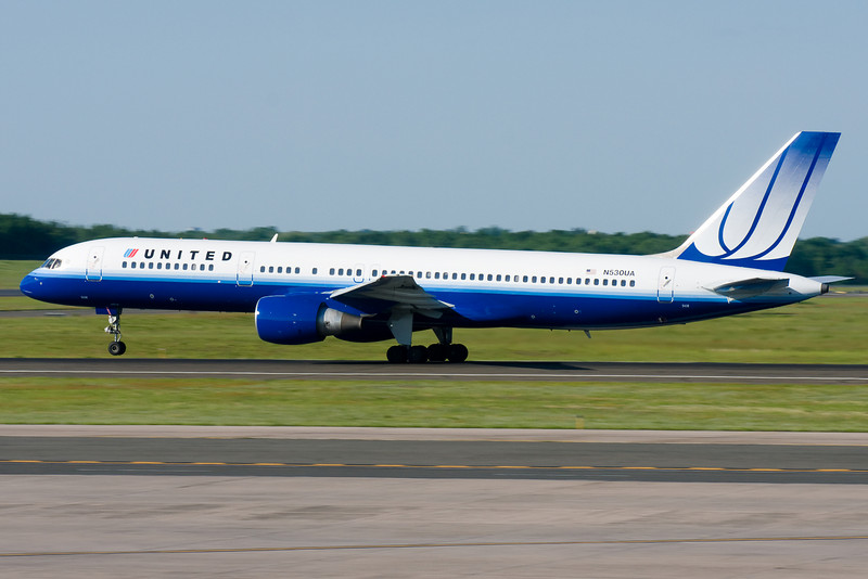 United's 757 to Chicago rotates up from runway 33.