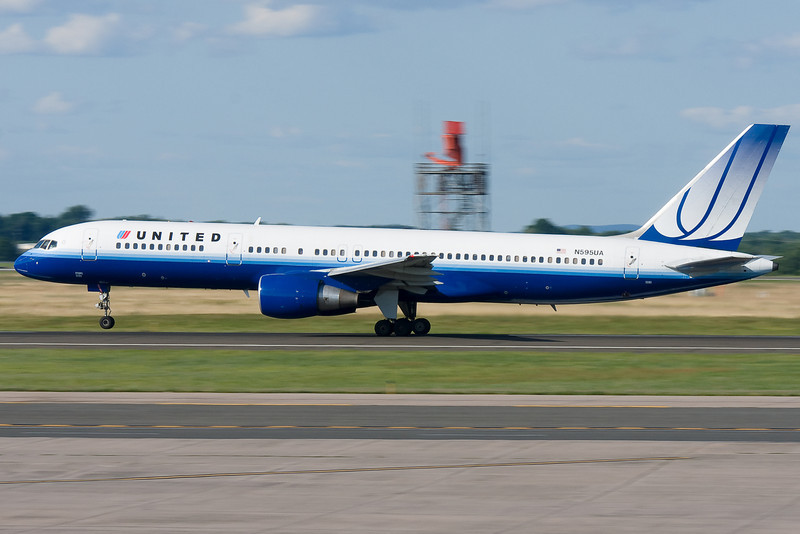 United's 757 rotating to head up to Chicago.