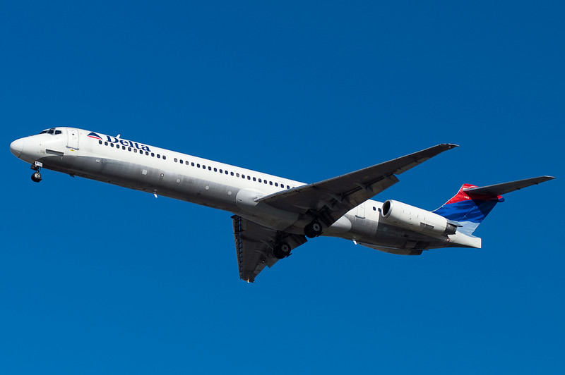 A Delta MD-88 on final for runway 33.