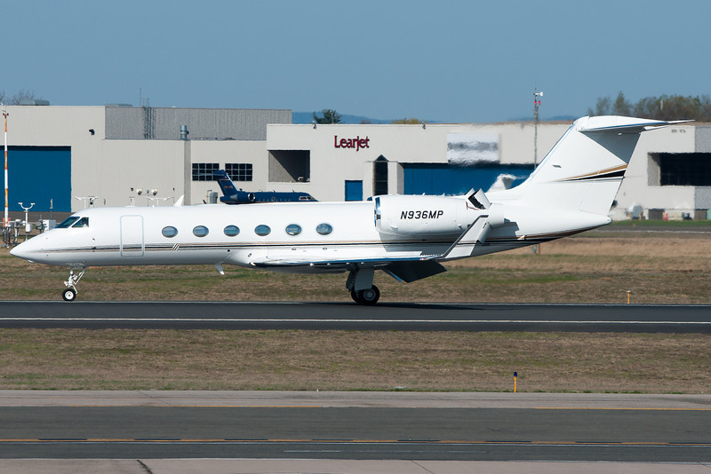 A bigger Gulfstream pulls out the reversers and is heading over to Signature flight service.