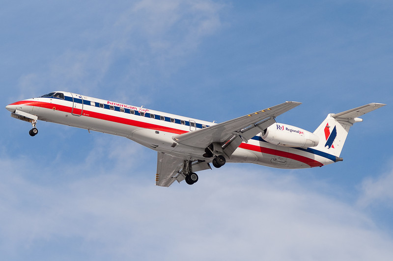 An American Eagle ERJ-145 on final to 33.