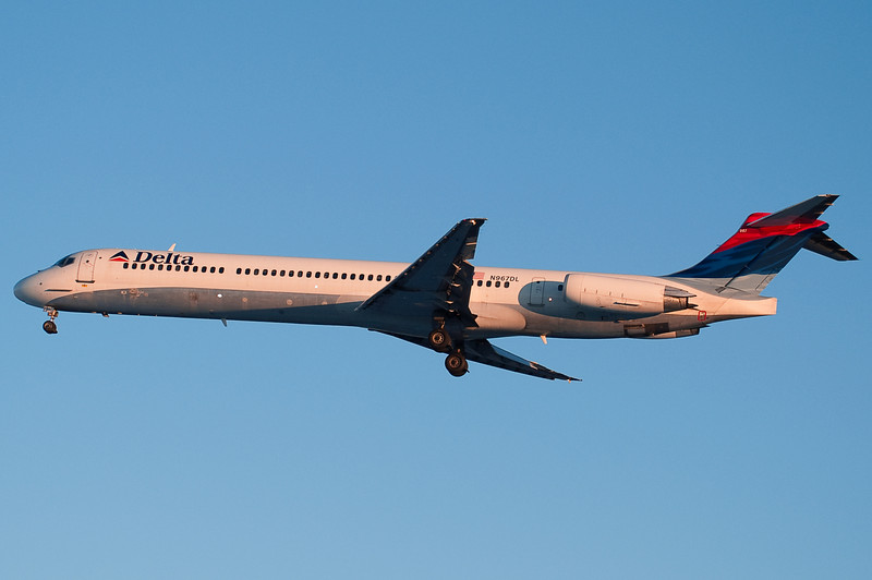 A sunset arrival for this Delta MD-88.