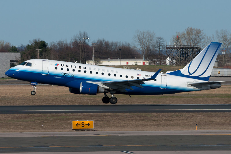 A United Express E-170 departing Bradley's runway 33.
