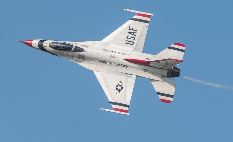 USAF Thunderbird, F-16 rolling