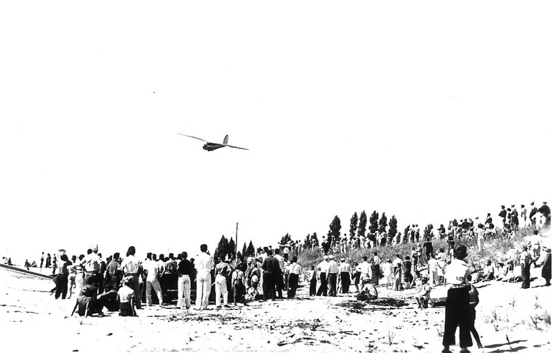 1940 - Franklin-Stevens sailplane on approach for the beach.