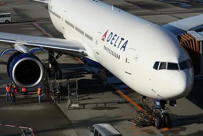 N863DA DELTA 777-300