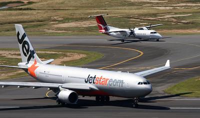 VH-EBE JETSTAR A330-200 VH-SCE QANTASLINK DASH-8-300