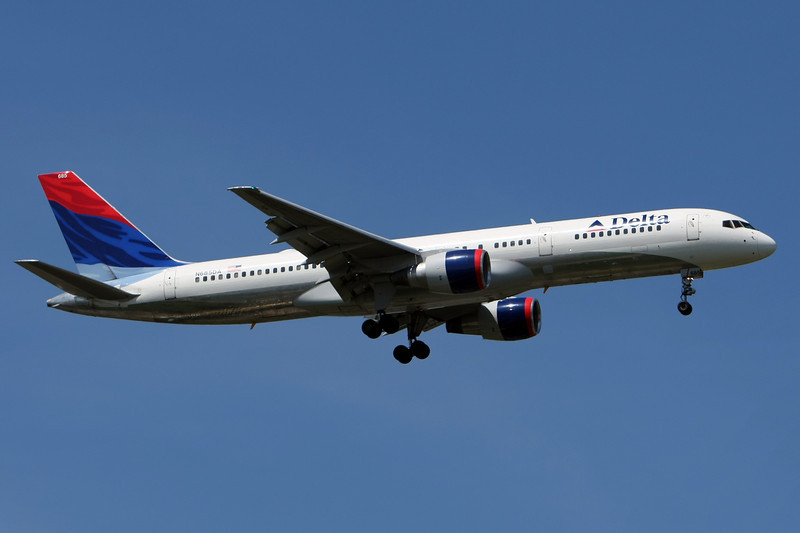 Delta old livery 757 arriving on 13L