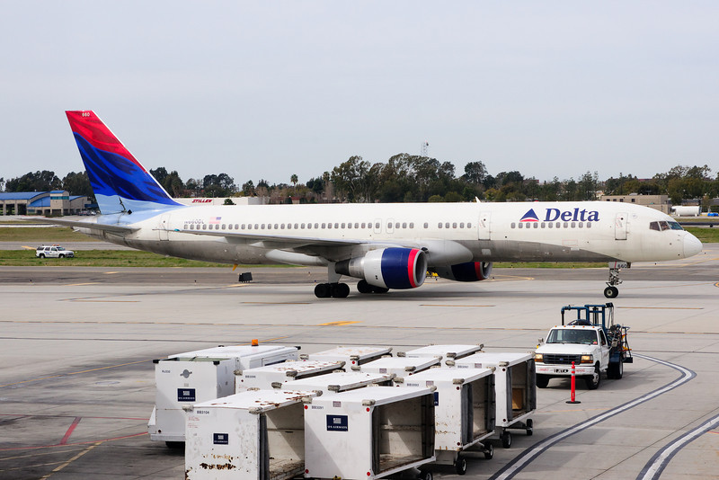 A Delta 757 taxiing to its gate.