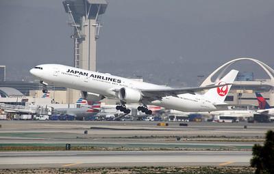 JA739J JAPAN AIRLINES B777-300