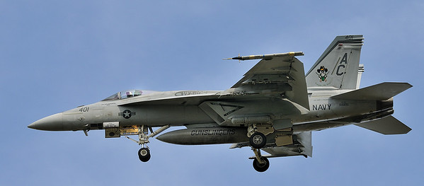"Virginia Beach; F18 at Oceana Naval Air Station / F18 à l'atterrissage au "" Oceana Naval Air Station """
