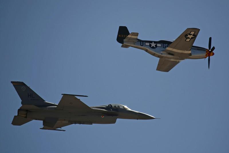 USA 2009 - MCAS Miramar Air Show - US Air Force Heritage Flight (P-51 Mustang & F16 Falcon)