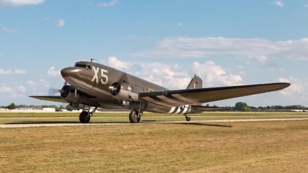 330647 (N62CC). Douglas DC-3C. USAAF. Oshkosh. 260719.