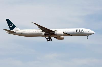 AP-BHW   777-340(ER)   33779