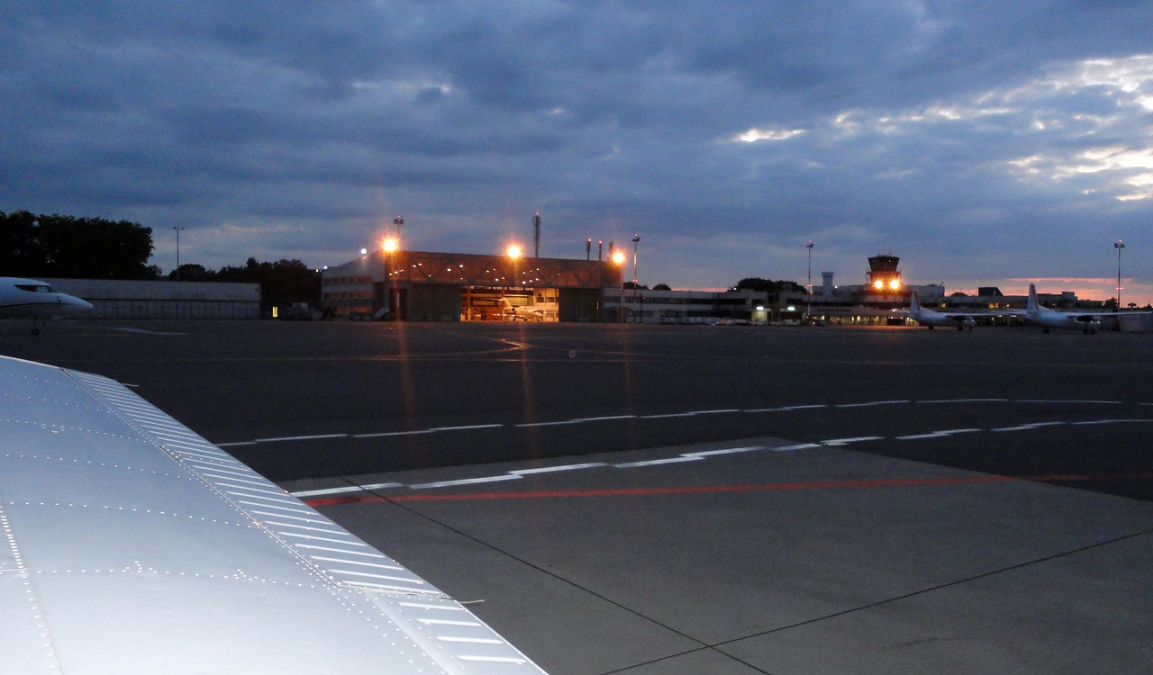 Taxiing back after landing. Getting quite dark early. At the left you can see the magnificent Falcon 7X of Flying Group peeping it's nose.