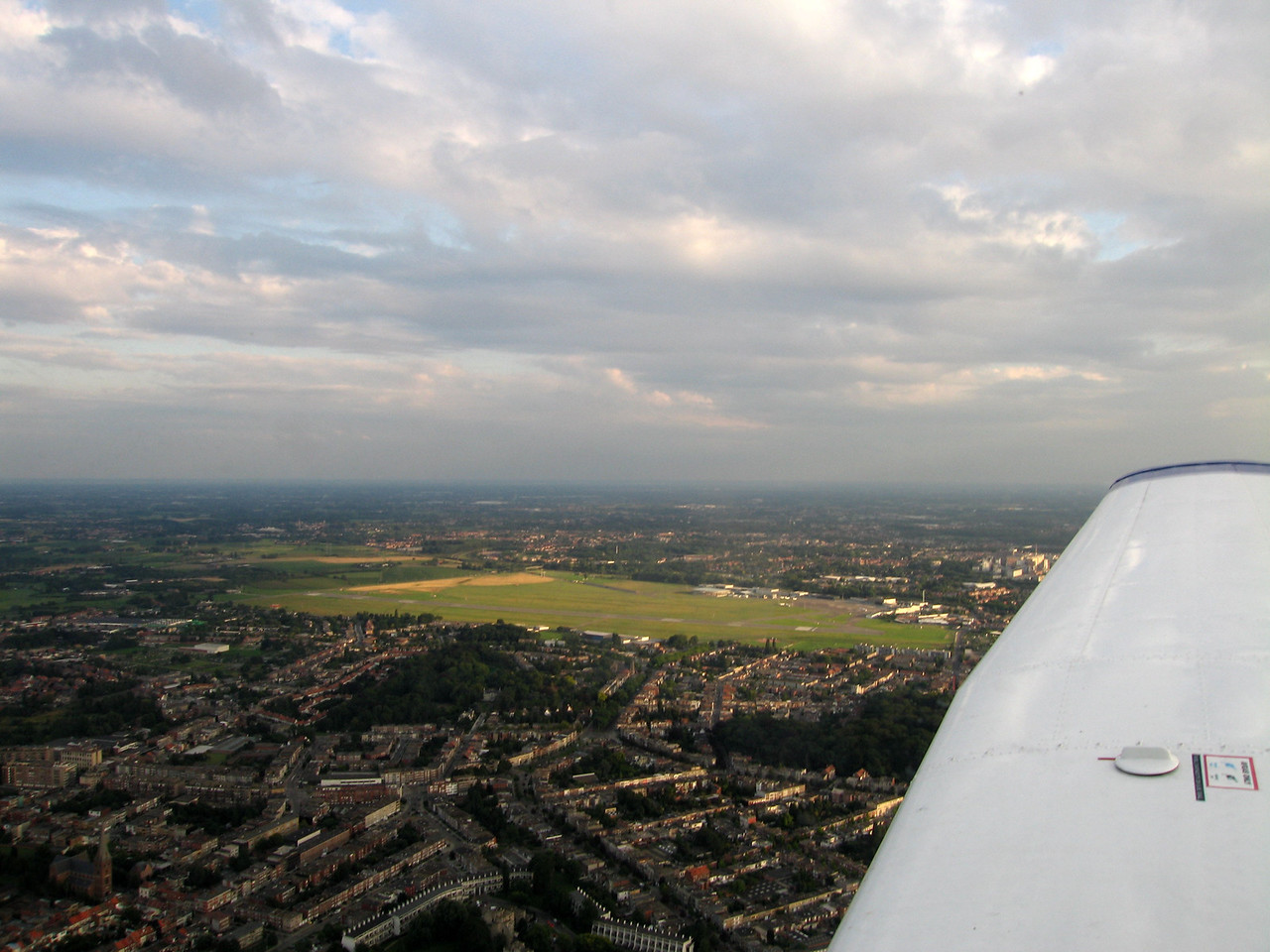 Bit blurred, but excellent view on the airport. Here flying on downwind for runway 29 at 1000 feet.