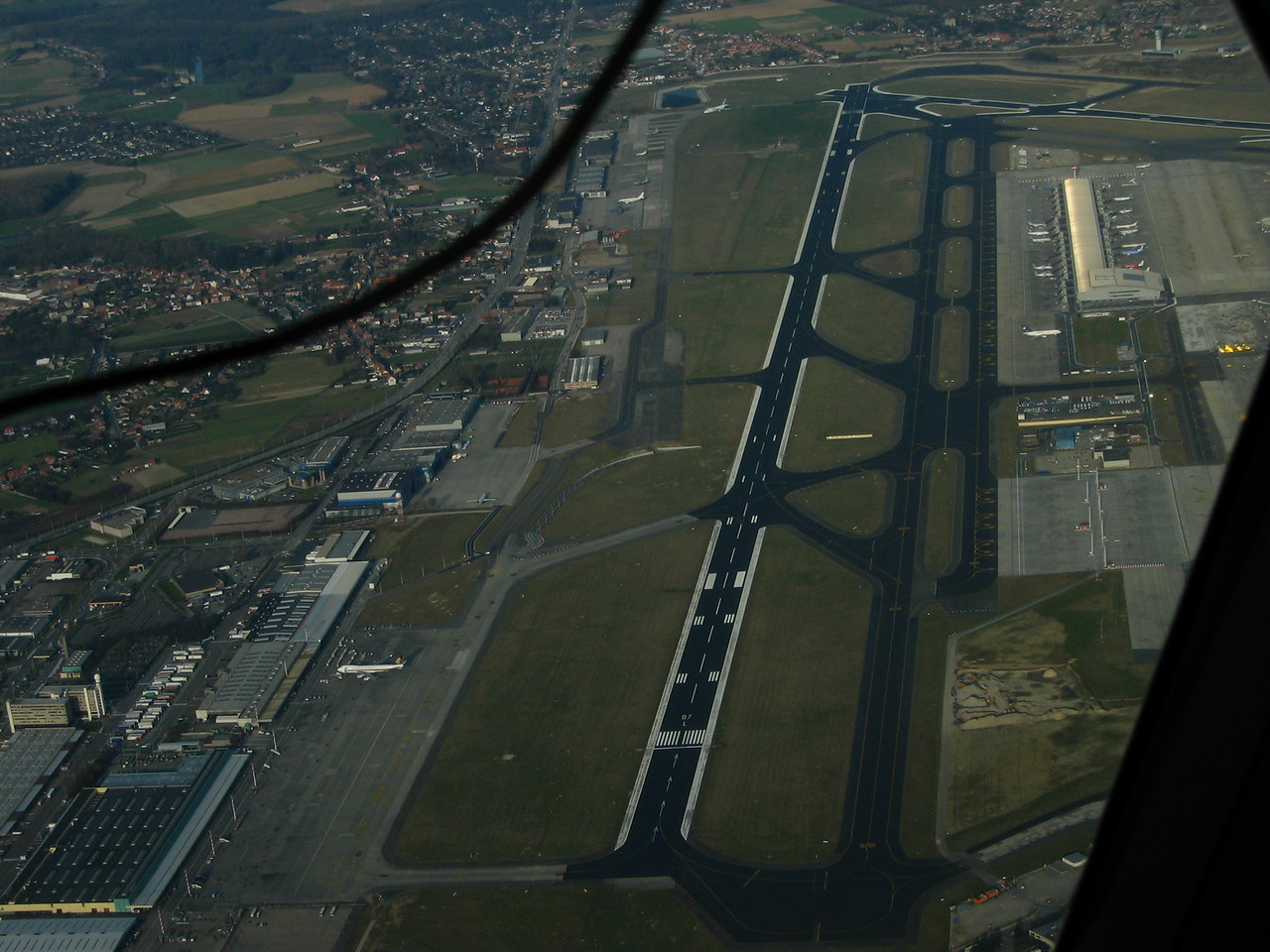 Clear view on runway 07/25L at Brussels. Note the 'Mega Ark' of Singapore Airlines at the left bottom and the villages Melsbroek and Steenokkerzeel at the left of the picture.