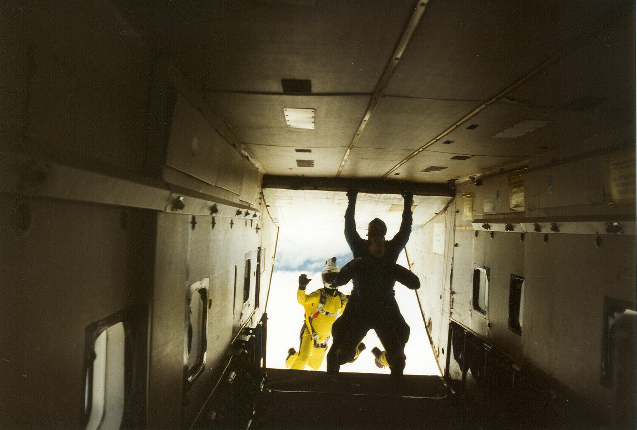 Standing in the back of a Skyvan circling above Moorsele. One hand on the wall, the other on the camera. The dive back to the airfield afterwards was pure fun... 1998.