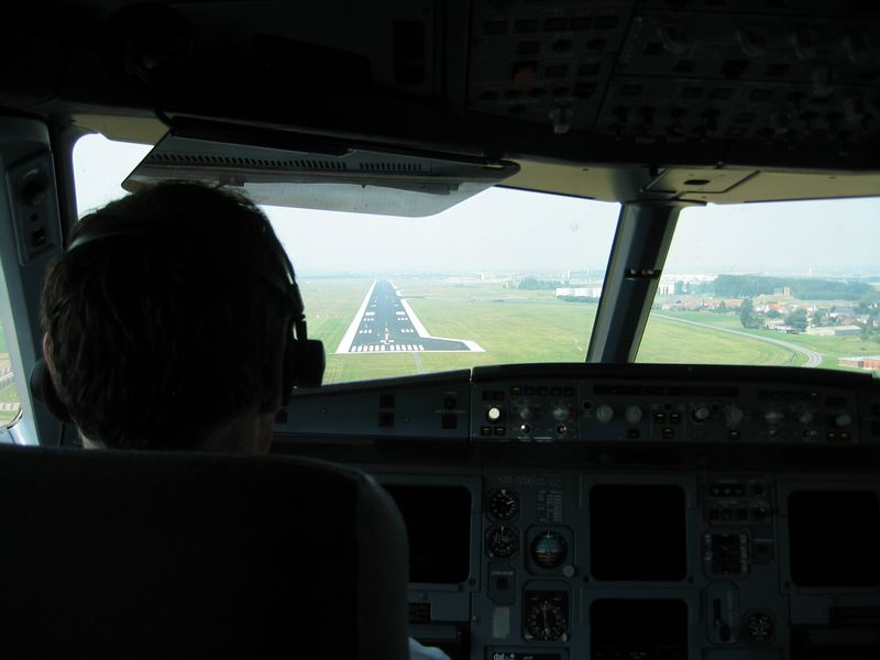 Another approach to runway 25L at Brussels, this time without snow. Onboard of Airbus A319.