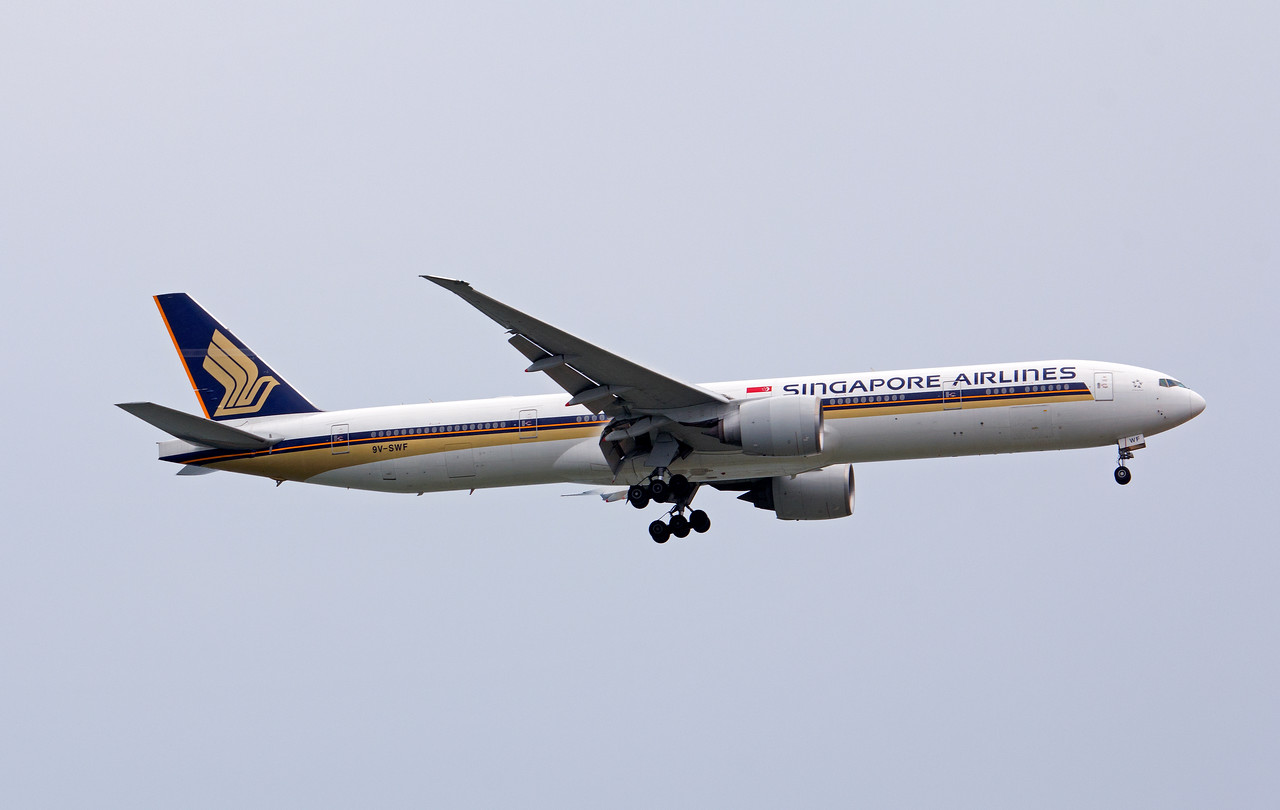 9V-SWF SINGAPORE AIRLINES B777-300