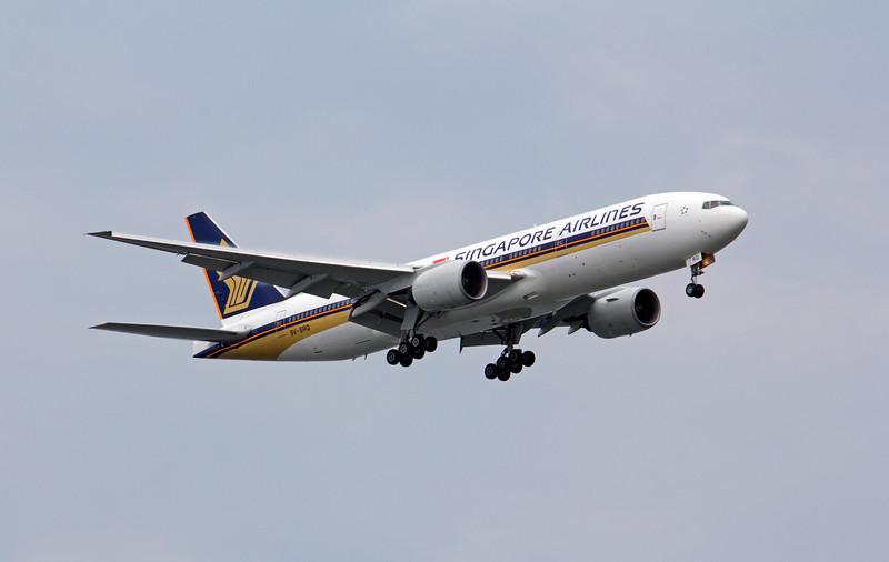 9V-SRQ SINGAPORE AIRLINES B777-200