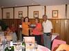 Quinita Gabás entregando la fotografía a la Alcaldesa de Castejón de Sos