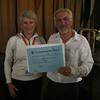 Marlies Campi entrega el cheque de la Bourse EMP 2012 a Noël Genet, Presidente la AFPM