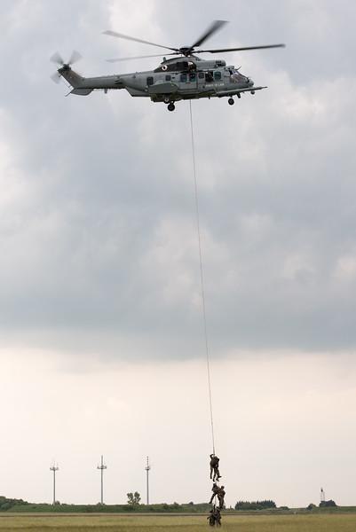 """Démonstration d'extrction par l'EH 1/67 """"Pyrénées"""" et leur EC 725 Caracal. Spotter's Day at Chateaudun AFB, France."""