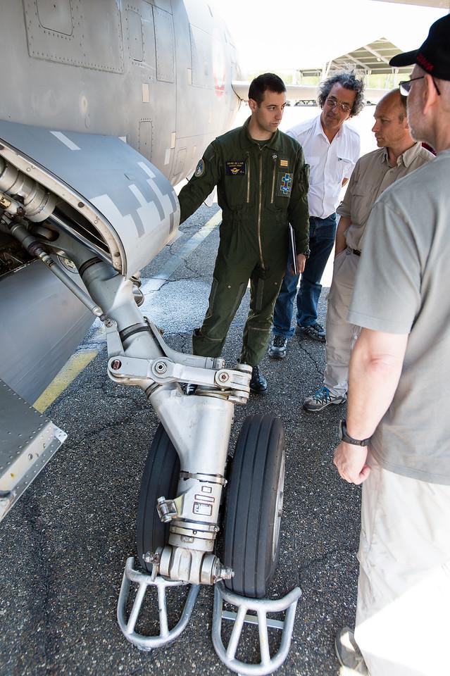 """Laurent PINA, dernier breveté F1, explique les particularités de sa monture. Escadron de reconnaissance 2/33 """"Savoie"""". Mont-de-Marsan AFB, France."""