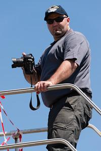 """Maxime GARCIA sur la passerelle, en train de photographier les F1 du """"Savoie"""" à Mont-de-Marsan."""