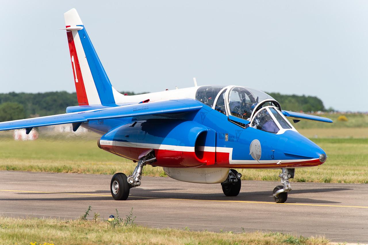 La Patrouille de France à Tours, pour le centième anniversaire de la base aérienne 705. Le Commandant Béthoux (Athos 01) regagne le parking après la présentation.