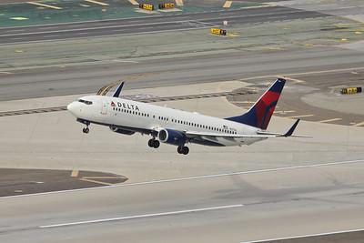 Delta B-737-823, N3766