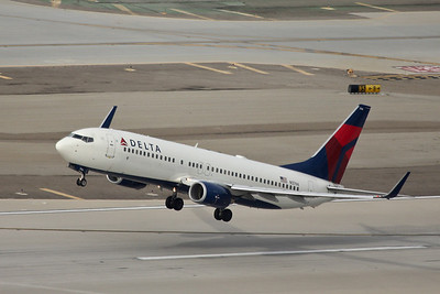 Delta B-737-832, N3766