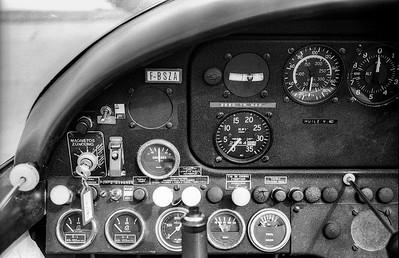 """Tableau de bord (place pilote) d'un Morane-Saulnier MS 880 """"Rallye"""" de l'aéroclub Jean-Maridor du Havre (été 1978)."""