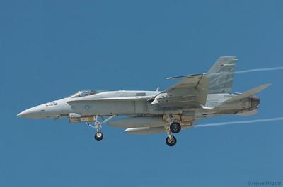 Boeing F18 à l'atterrissage à North Island.