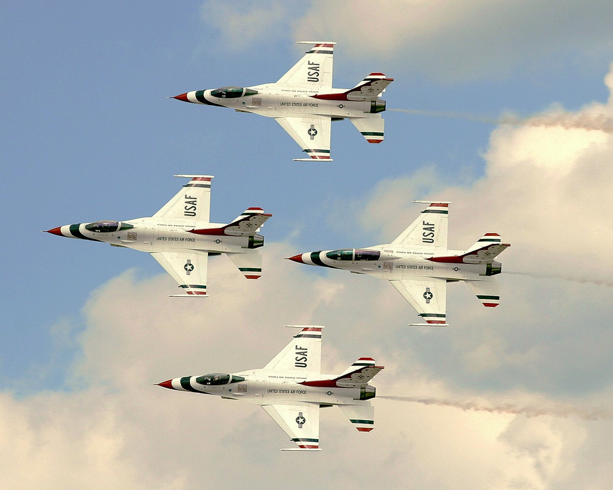 Thunderbird Diamond Formation - The left wing pilot and opposing solo pilot are female this year. I was happy to see it.