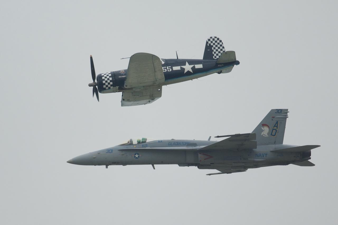 Dayton Air Show 2007, Navy Heritage Flight (F-18 Hornet & F-4U Corsair)