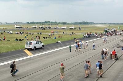 Dayton Air Show 2007, Vue sur le parking des Thunderbirds à partir du cockpit d'un Boeing 727 cargo de DHL