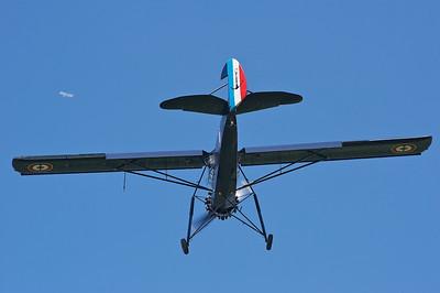 La Ferté-Alais 2010. Le pilote du Morane-Saulnier MS 502 joue du palonnier et du manche, tandis que la ligne passe...
