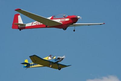 La Ferté-Alais 2010. Motoplaneur SF-28 et bébé Jodel en formation.