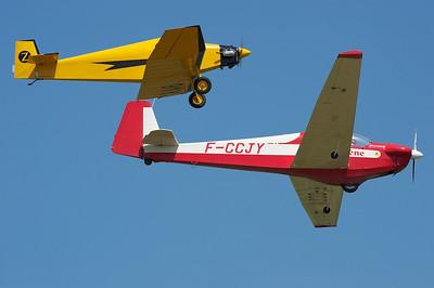 La Ferté-Alais 2010. Autre vue du Motoplaneur SF-28 et du bébé Jodel en formation serrée.