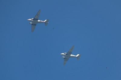 La Ferté-Alais 2010. Largage des parachutistes à partir des deux vénérables DC-3.