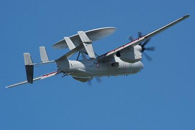La Ferté-Alais 2010. Grumman E-2C Hawkeye de la marine française en remise de gaz.